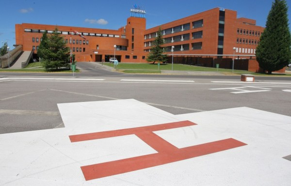 Uno de los heridos fue trasladado al Hospital del Bierzo. / CÉSAR SÁNCHEZ (ICAL)