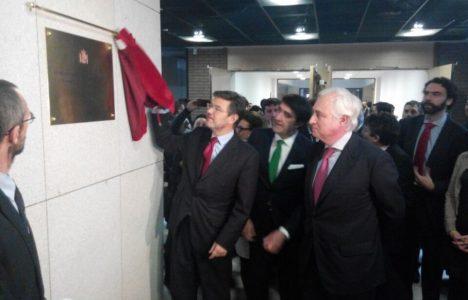 El ministro de Justicia descubre la placa conmemorativa de la inauguración