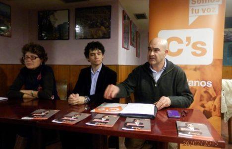 Pedro Raposo (I), Tulio García (C) y Felicidad Sevilla  (D) en el 'Cafe Ciudadano' de este jueves