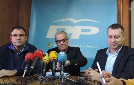 La agrupación popular de Ponferrada con su portavoz en el centro, Juan Elicio Fierro