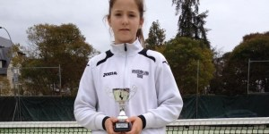 La tenista berciana, Raquel Villán Pereira, con el trofeo del torneo