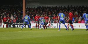 Urko Vera, autor de los dos goles del Mirandés, pelea el balón con Acorán (LFP)
