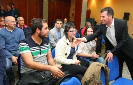 El candidato del PSOE a la Junta, Luis Tudanca, saluda a varios asistentes a las Jornadas por el Empleo Joven organizadas por las Juventudes Socialistas (César Sánchez)