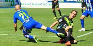 Pablo Infante se va al suelo tras recibir una entrada de un jugador del Llagostera
