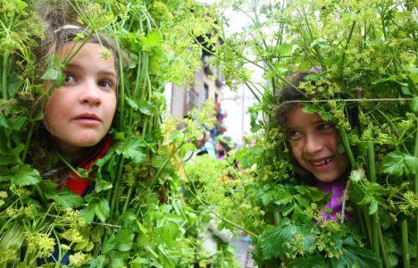 Niños ataviados con cañaveiras y mazadores este viernes (C. Sánchez)