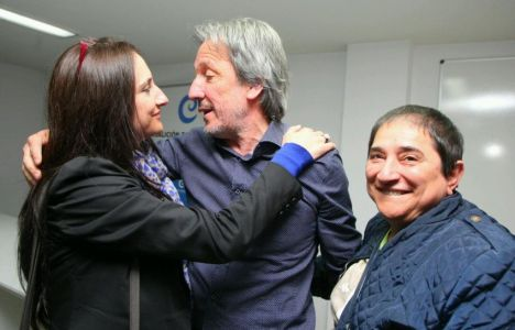 Pedro Muñoz en la noche electoral de ayer, saludado por  simpatizantes (C. Sánchez)