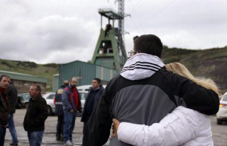 Familiares y amigos de las víctimas a la entrada de la mina Emilio del Valle el 28/10/2013 (Peio García)