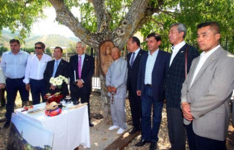 La delegación japonesa, el pasado verano en Molinaseca con autoridades locales y provinciales (César Sánchez)