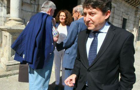 Folgueral, a la entrada del Ayuntamiento. Merayo, al fondo (César Sánchez)
