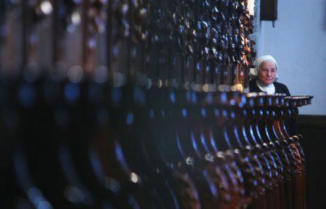 Una de las monjas observa a los periodistas tras los escaños del coro (César Sánchez)