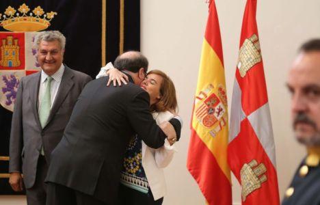 Soraya Sáenz de Santamaría felicita a Herrera tras su toma de posesión (Eduardo Margareto)