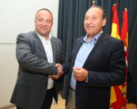 El nuevo presidente del Consejo Comarcal del Bierzo, el socialista Gerardo Álvarez Courel (I), saluda al presidente saliente, el 'popular' Alfonso Arias (D), al finalizar el pleno de constitución (C. Sánchez)