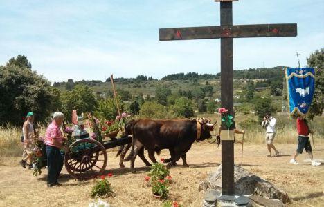 La romería, a su llegada a la Cruz de los Romeros, junto al pantano