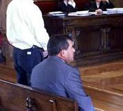 Javier Morán escuchando su condena, sentado su padre. Foto Capotillo LVG