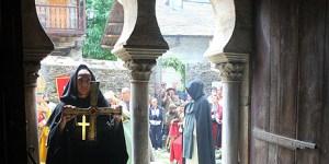 Recreación de la  entrega de la Cruz de Peñalba a San Genadio (C.Sáchez/Ical)