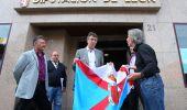 Pedro Muñoz entrega a Martínez Majo  una bandera del Bierzo  a su llegada a la delegación de la Diputación (César Sánchez)