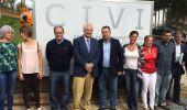 Foto de familia del delegado de la Junta y el alcalde con los alumnos del curso de empleo clausurado hoy