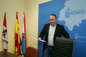 El presidente del Consejo Comarcal, Gerardo Álvarez Courel, con el actual logo de la institución al fondo (César Sánchez)