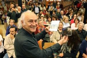 El cantautor berciano Amancio Prada presenta su disco 'Resonancias de Rosalía' y su disco-libro 'Federico García Lorca, poeta en Galicia'. / R. Cacho
