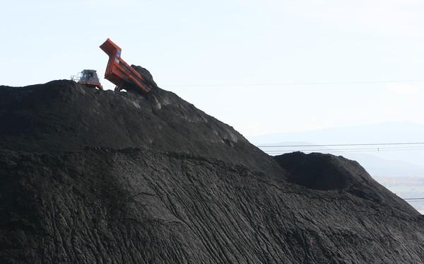Un camión descarga carbón para su quema en la central térmica de Cubillos del Sil (C. Sánchez/Ical)