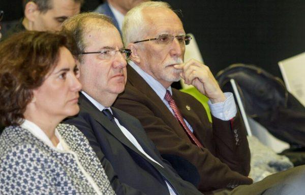 El presidente de la Junta de Castilla y León, Juan Vicente Herrera, junto al escritor, Luis Mateo Díez (D), y la consejera de Cultura y Turismo, María Josefa García Cirac (I). (Foto: Ricardo Ordóñez)