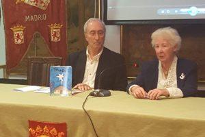 La autora Dorinda López junto al presidente de Honor de la Casa de León en Madrid, Cándido Alonso
