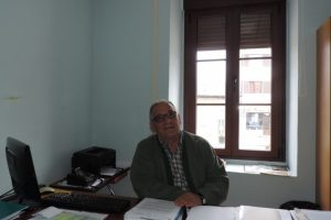 Laureano González en su despacho del Ayuntamiento de Toreno