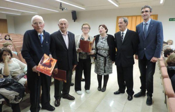 Representantes de la universidad (dcha.) entregaron los diplomas a los estudiantes más longevos