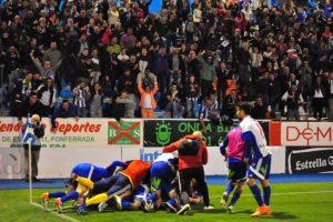 Alegría desbocada en El Toralín tras el gol de Aguza que daba la victoria a la Deportiva (R. Sevillano)