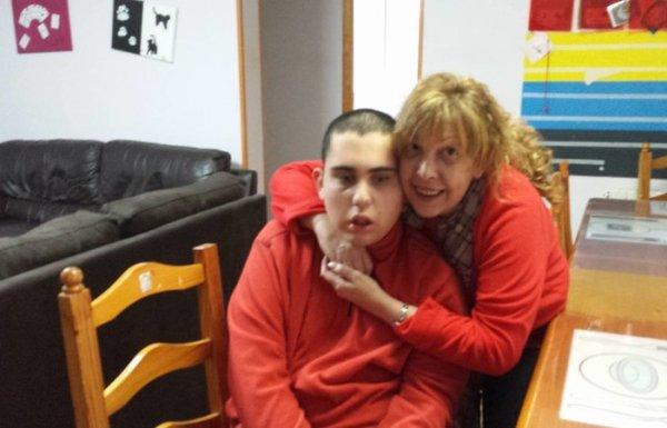 El joven poferradino Ignacio junto a su madre.