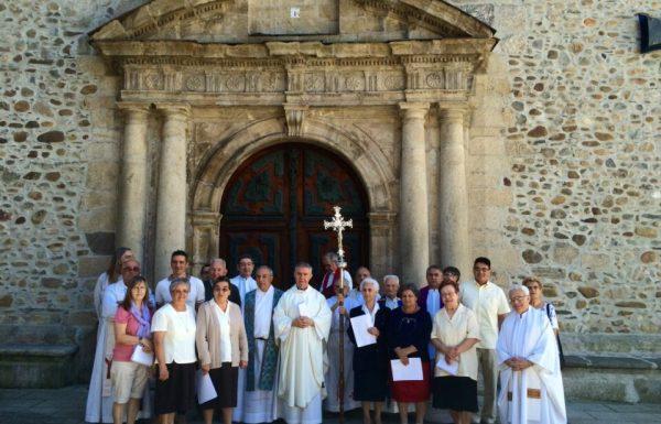 Foto de familia de los misioneros, junto al rector de la basílica de La Encina y el concejal de Medio Ambiente, Roberto Mendo.