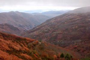 Imagen de las montañas por las que atravesaría la pista, en terrenos de Pobladura de la Sierra, e el término de Lucillo, antes de entrar en Bouzas (daniperal.blogspot.com)