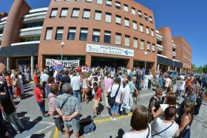 Foto de archivo de una de las últimas concentraciones a las puertas del Hospital El Bierzo por el cierre de camas de este verano. / QUINITO