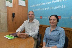 El portavoz socialista compareció ante los medios junto a su compañera Paula Rodríguez. / QUINITO