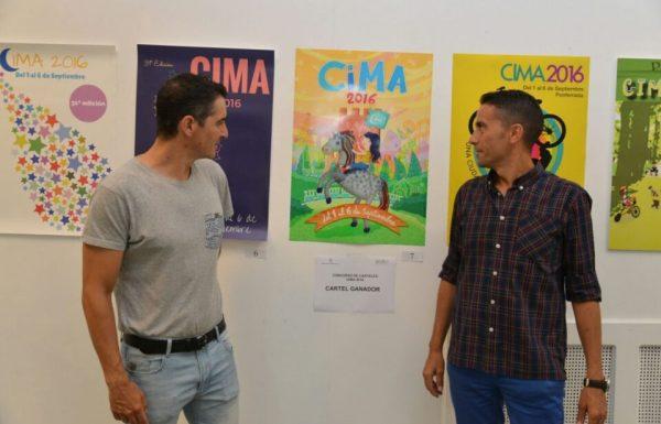 El concejal de Deportes (I) presentando el cartel ganador de Cima. / QUINITO