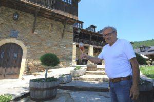 El empresario Jose Luis Prada, con una copa de vino espumoso 'Xamprada', del cuál se cumple 25 años de su creación. / CÉSAR SÁNCHEZ (ICAL)