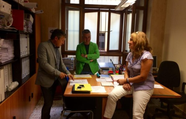 El portavoz de USE, Samuel Folgueral (I) junto a dos de sus compañeros de partido antes de la rueda de prensa. / EBD