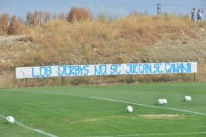 Imagen de la pancarta en el campo de entrenamiento de la SDP. / QUINITO