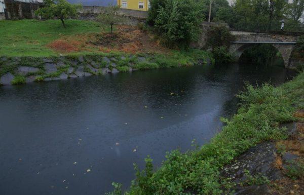 El río Cúa a su paso por la localidad de Bárcena de la Abadía, ennegrecido debido al incendio un día después del inicio de éste / C. Sánchez