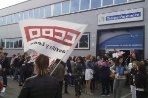 Los trabajadores de Teleperformance Ponferrada protestaron a las puertas de su puesto de trabajo por un nuevo convenio. / CCOO