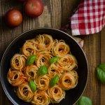 Espaguetis con salsa de tomate y albahaca