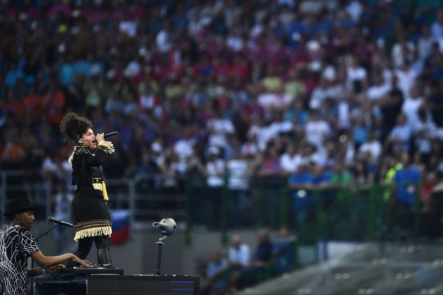 US singer Alicia Keys performs ahead of the start of the UEFA Champions League final football match between Real Madrid and Atletico Madrid at San Siro Stadium in Milan, on May 28, 2016.  / AFP PHOTO / FILIPPO MONTEFORTE