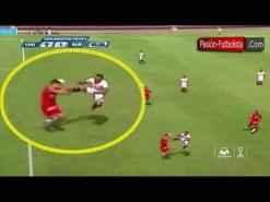 Emulan la violenta patada de De Jong sobre Xabi Alonso de la final del Mundial 2010 (Vídeo)