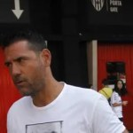 Uno de los mejores jugadores de la historia del Sevilla CF se saca el abono del Valencia CF (foto)