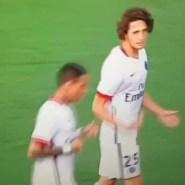 Rabiot, de 20 años, le recriminó a Ibrahimovic en una acción. Ojo a como lo mira el sueco