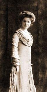 En ung Elin Wägner i vacker klänning
