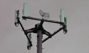 Cellular tower, waiting to be disconnected. / Photo by Gary Lerude - Flickr