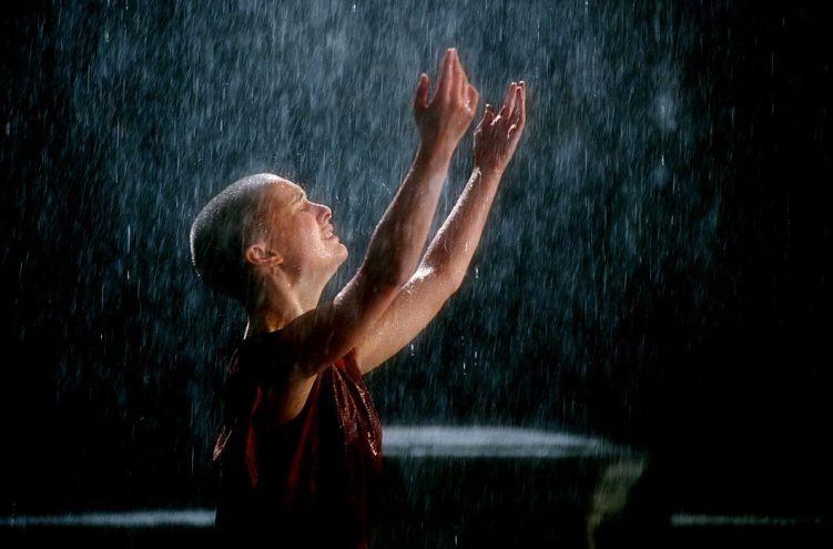 """Después de mucho tiempo sin ver el cielo, sentir la lluvia es un regalo. ¿Por qué no disfrutar de las cosas siempre, en vez de empezar a valorarlas cuando ya se han perdido? (Por quien no lo sepa: la imagen es de """"V de vendetta"""", una película genial)"""