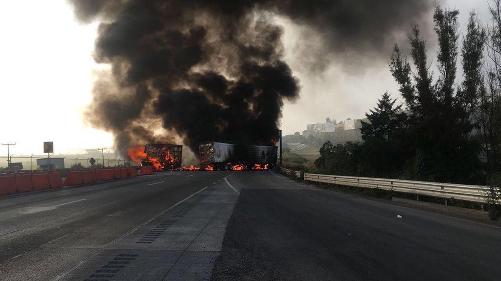 Se incendian vehículos de carga en la México-Querétaro