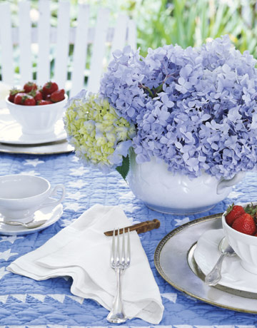 hydrangea setting de 69122911 Alfresco Glam: Outdoor Table Decoration Ideas